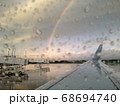雨上がりの虹のなか出発を待つ 68694740