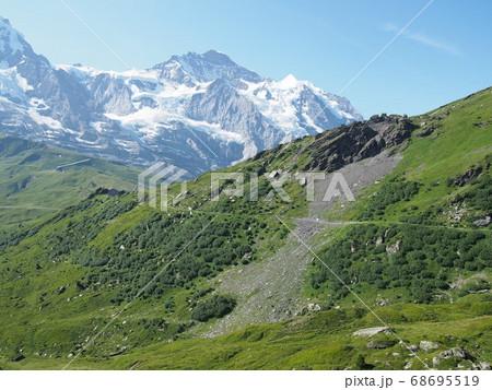 スイスアルプスの雪山と緑に囲まれたトレイル 68695519