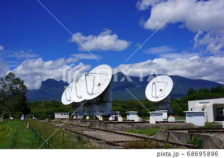 野辺山宇宙電波観測所のパラボラアンテナと八ヶ岳のある風景 68695896