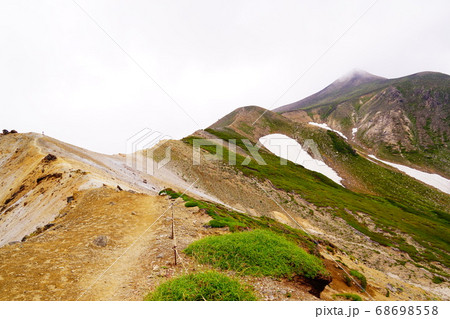 十勝岳登山 上ホロ避難小屋からの稜線からみる十勝岳 68698558