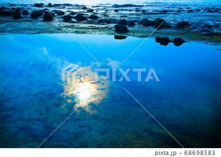 山陰海岸の透き通った青空と太陽が水面に映っている、静かなイメージをどうぞ。島根県 68698583