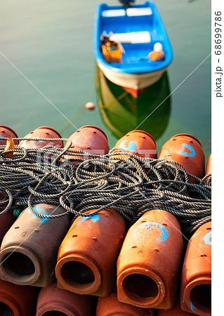 タコツボの並ぶ漁港風景。タコは清潔好きのためタコツボを清掃して干しています。瀬戸内海・広島県 68699786