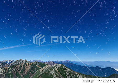 常念岳から見る月明かりの大天井岳方面の稜線と星空 68700915