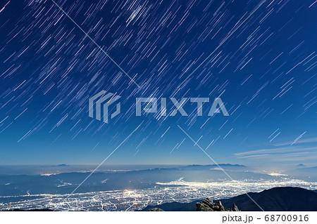常念岳から安曇野の夜景と星空、富士山・八ヶ岳・浅間山の眺め 68700916