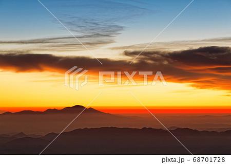 北アルプス・常念岳から見る朝焼けの浅間山 68701728