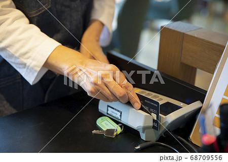 レジ 支払い スマホ決済 キャッシュレス 68709556