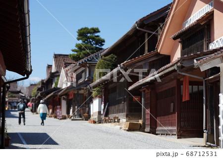 赤ベンガラが美しい吹屋ふるさと村と観光客 68712531