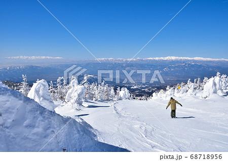 冬晴れの蔵王温泉スキー場と樹氷群 68718956