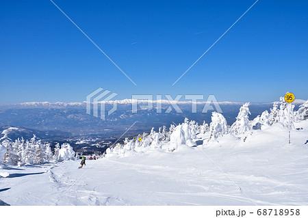 冬晴れの蔵王温泉スキー場と樹氷群 68718958