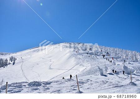 冬晴れの蔵王温泉スキー場と樹氷群 68718960