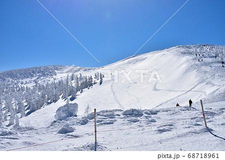 冬晴れの蔵王温泉スキー場と樹氷群 68718961