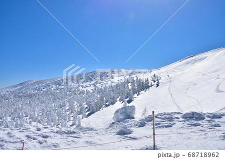 冬晴れの蔵王温泉スキー場と樹氷群 68718962
