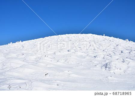 冬晴れの蔵王温泉スキー場と樹氷群 68718965
