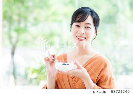 ヨーグルトを食べるミドルの女性 68721249