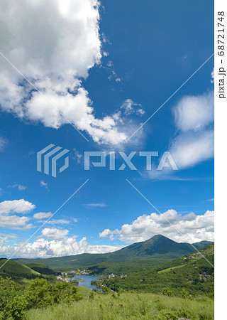 ビーナスラインから見える蓼科山と白樺湖 68721748