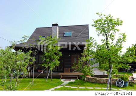 ログハウスと芝生の庭 68721931