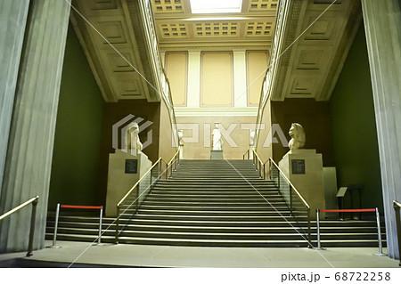 大英博物館二階展示ルームへの階段 68722258