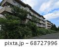 双葉郡双葉町 放置された集合住宅と伸び放題の樹木 68727996