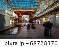 石川・金沢駅のもてなしドーム側から鼓門(つづみもん)を見ての風景 68728370