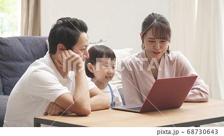 家族団らんのイメージ ノートパソコン 68730643