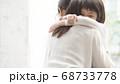 親子イメージ ハグ 68733778