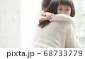 親子イメージ ハグ 68733779