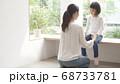 親子イメージ ハグ 68733781