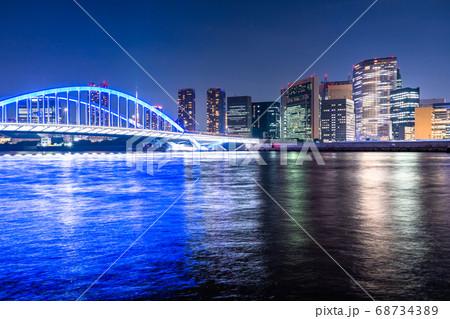 《東京都》築地大橋と東京ビジネス街の夜景 68734389