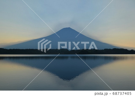 もうすぐ日の出を迎える田貫湖の逆さ富士 68737405