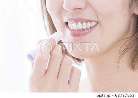 リップクリームを塗る女性 68737953