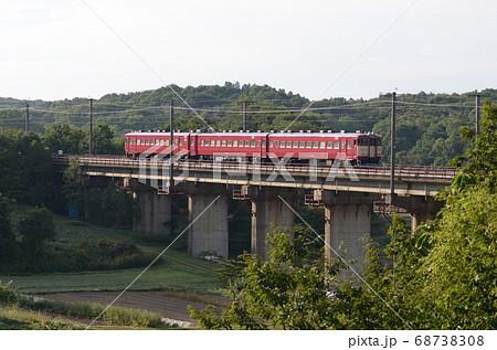 北広島市内の千歳線を室蘭に向かう旧型の普通電車 68738308