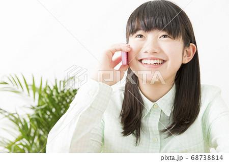 電話をする女の子 68738814