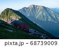 朝の唐松岳頂上宿舎と五竜岳 68739009
