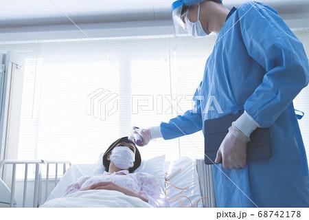 病院の医療従事者 68742178