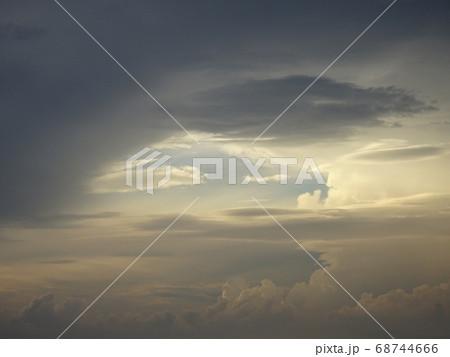不思議な雲たちとわずかに見える青空 68744666