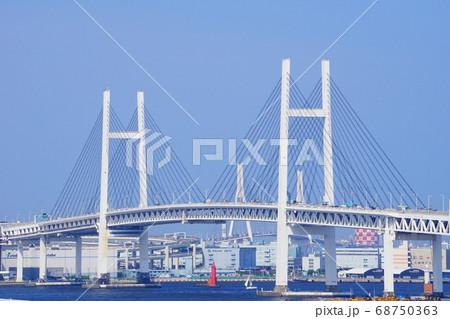 港の見える丘公園から見た横浜ベイブリッジ 68750363
