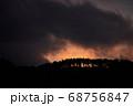 砥峰高原 夕焼けに照らされる木々 68756847