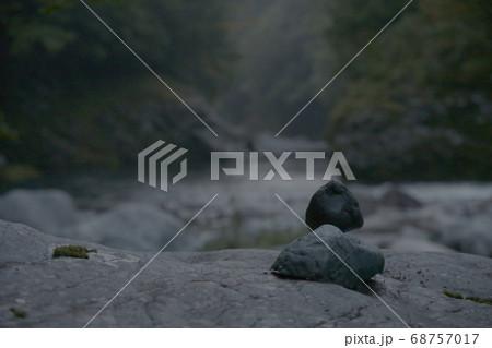 川にある岩のうえで人が座禅を組んでいるような石の画像 68757017