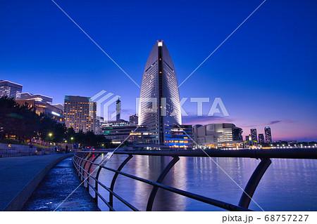 お散歩デートに最適な横浜みなとみらい海沿いの歩道からの夜の景色 68757227