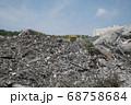 瓦礫の積まれたゴミの山 68758684