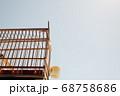 快晴の大空と木製の鳥籠 68758686