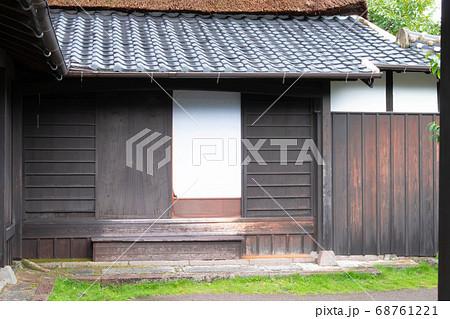 障子の引き戸の玄関と茅葺屋根の日本家屋 68761221