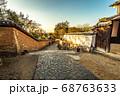 奈良の裏参道風景、瓦土塀と石畳の路 68763633