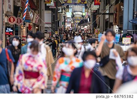 日本の東京都市景観 東京・浅草の新仲見世などを松屋浅草前から望む=8月22日 68765382