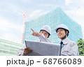 工事現場で図面を見るビジネスマン 68766089