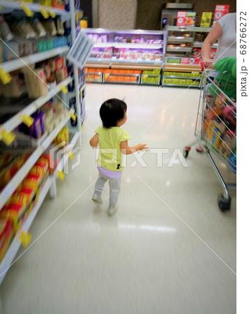 スーパーマーケットで買い物をする3歳の女の子 68766272