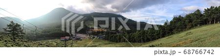 朝日と草原とスキー場とリフト (パノラマ) 68766742