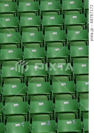 無機質で整然としたスタジアムの観客席 68767172