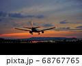 【大阪府】伊丹空港に着陸する飛行機 68767765