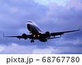 夕暮れの中を飛ぶ飛行機 68767780